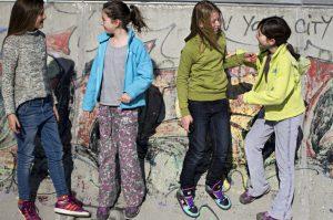 Photographie - Portraits d'enfants - Dialogues entre enfants hors texto