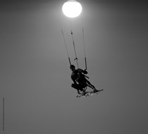 Photographie Sport N&B - KiteSurf Porquerolles - soleil couchant