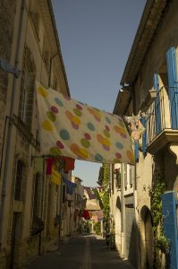 Photographie Street Art - Linge suspendu d'une rue 2\3 - En Luberon