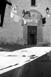 Photographie Street Art n&b - Linge suspendu d'une rue 1\3 - En Luberon