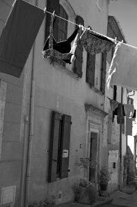 Photographie Street Art n&b - Linge suspendu d'une rue 2\2 - En Luberon