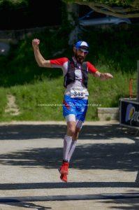 Dans la course de 27km du Trail du Grand Luberon, Julien LUCCHI (Cryothérapie Vaucluse), fini dans un dernier pas élancé sur l'arrivée et prend la deuxième place du podium.