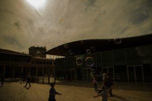 Photographie street art - Animation éphémère, l'instant d'une bulle de savon