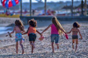 Les enfants du bonheur - Plage de Tunisie - Pop grunge color