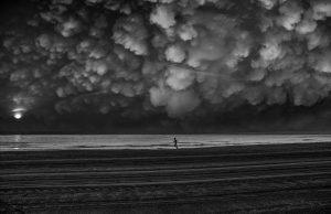Photographie Artistique - fine art - noir et blanc - Courir sous les nuages cotonneux