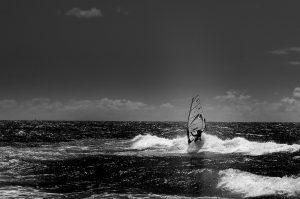 Photographie sport windsurf en version noir et blanc